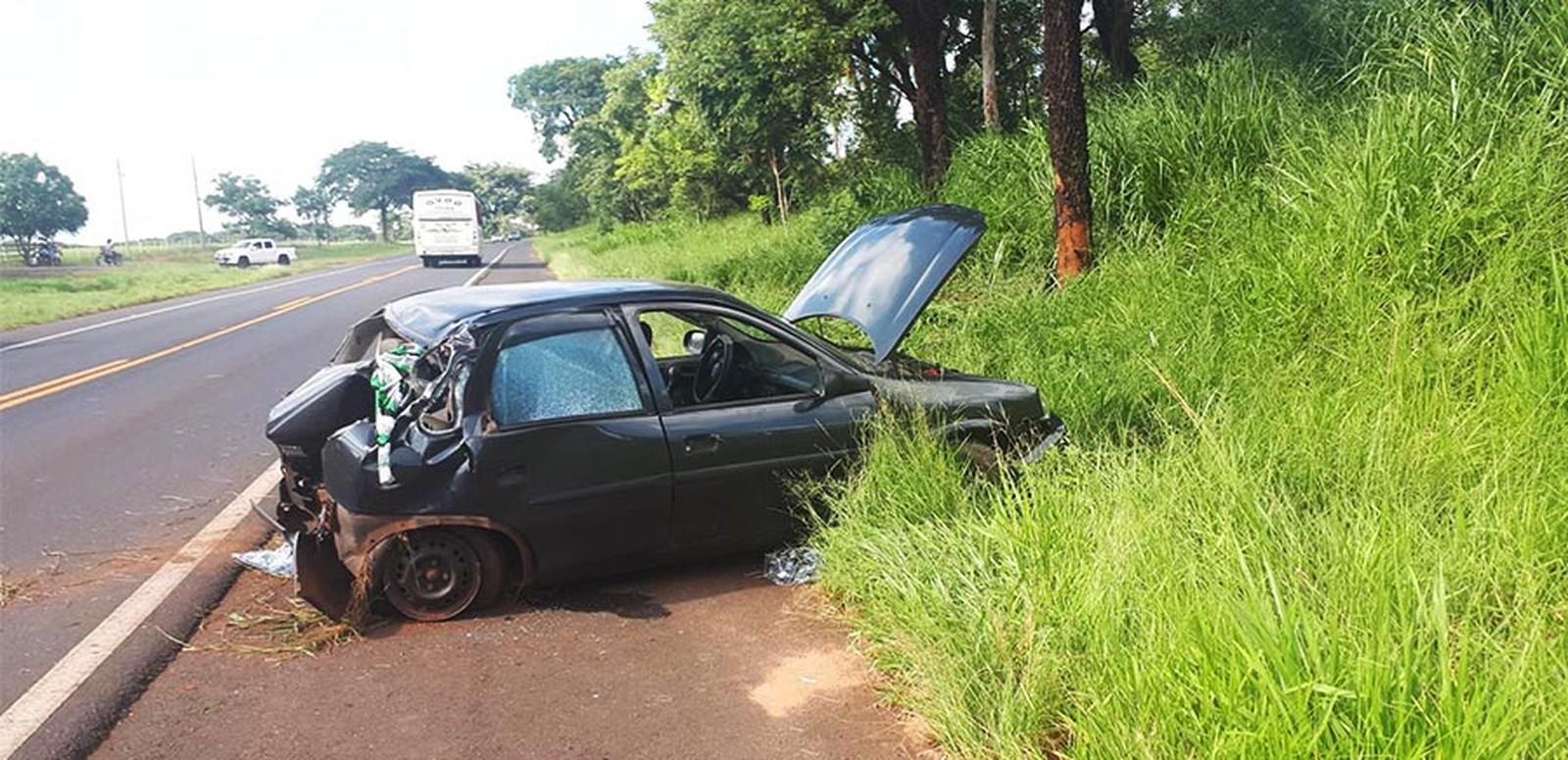 Três ficam feridos após carro bater em árvore e capotar em rodovia de Paraguaçu Paulista — Foto: Manoel Moreno/Site i7 Notícias