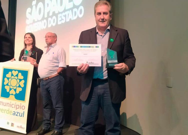 Assis recebe certificado de qualificação do Município VerdeAzul — Foto: Divulgação/Prefeitura Municipal de Assis
