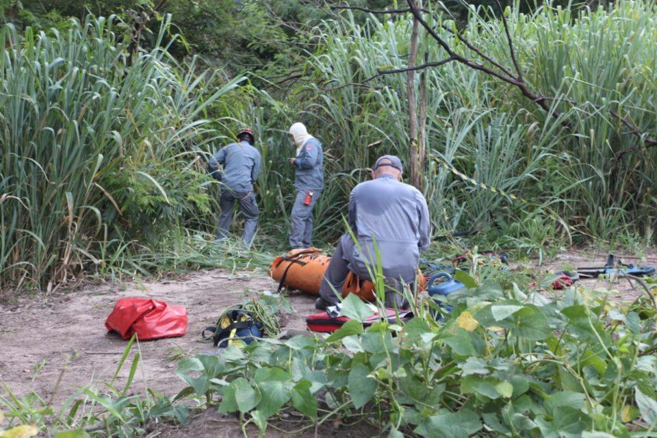 Bombeiros fazem resgate de corpo na zona Sul de Marília (Foto: Carlos Rodrigues/Marília Notícia)