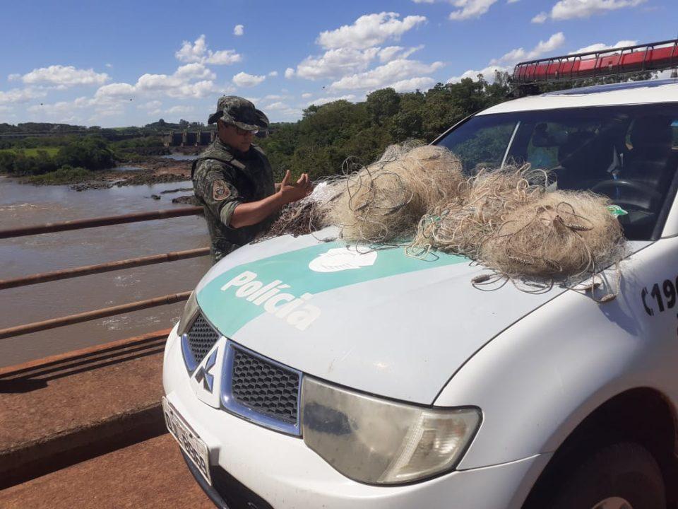 Dois suspeitos consideram fugir, mas abandonaram acessórios de pesca (Foto: Divulgação/PM Ambiental)