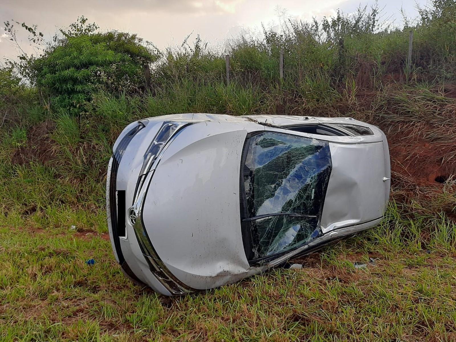 Cinco pessoas ficaram feridas após carro capotar em Tupã — Foto: Mais Tupã/ Divulgação