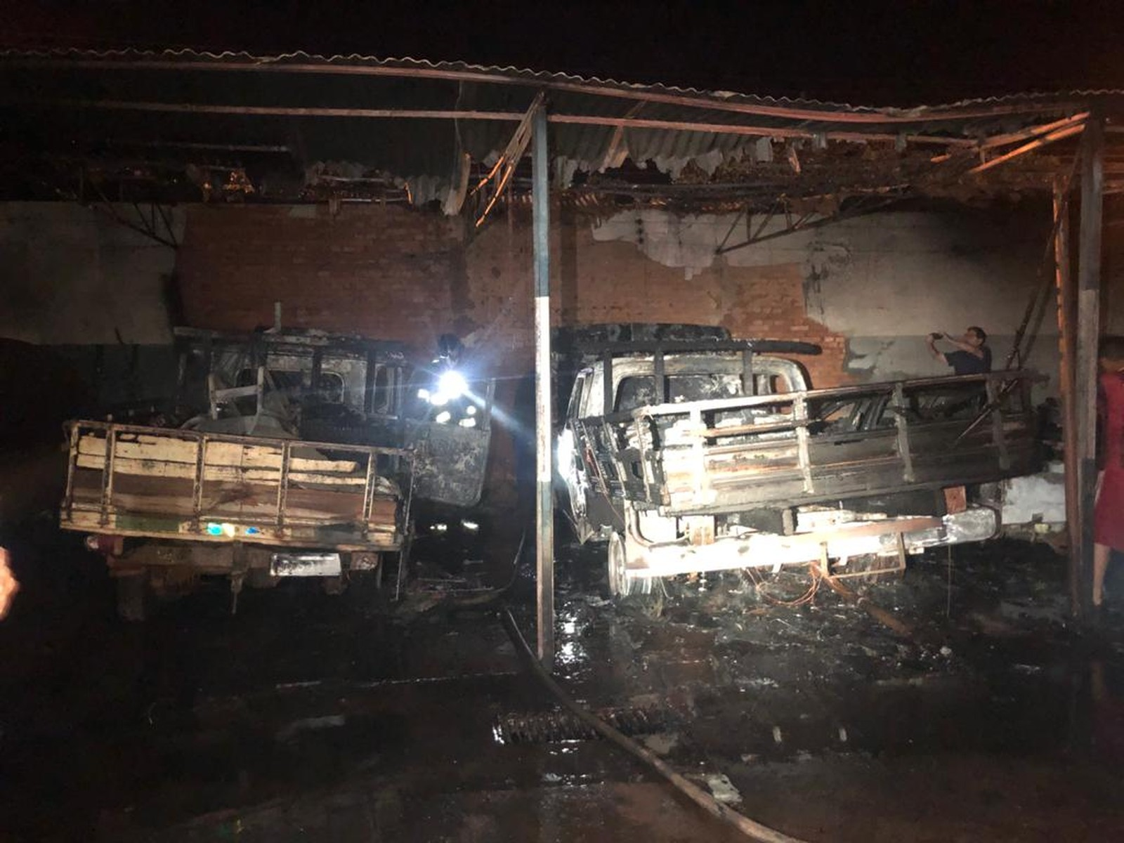 Fogo atinge almoxarifado da prefeitura e danifica veículos em Palmital — Foto: Corpo de Bombeiros/Divulgação