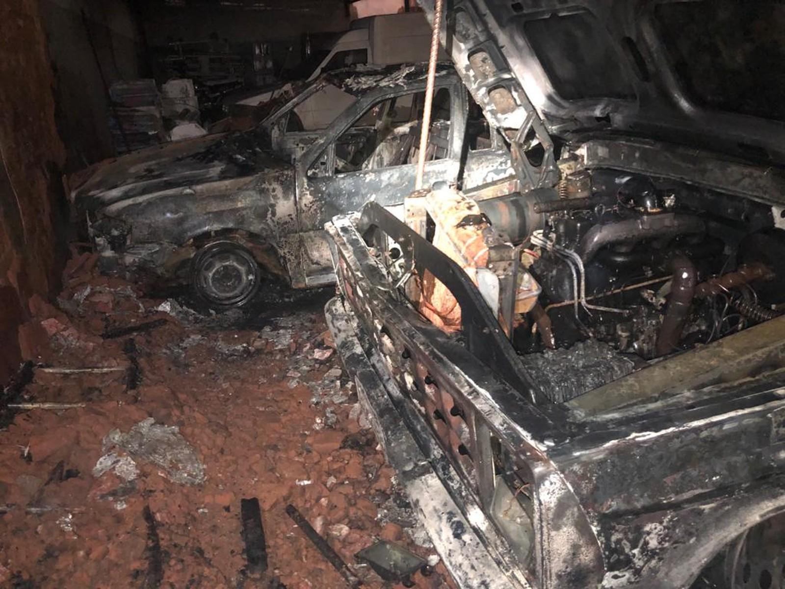 Ninguém se feriu e as chamas foram controladas por um caminhão-pipa da prefeitura — Foto: Corpo de Bombeiros/Divulgação