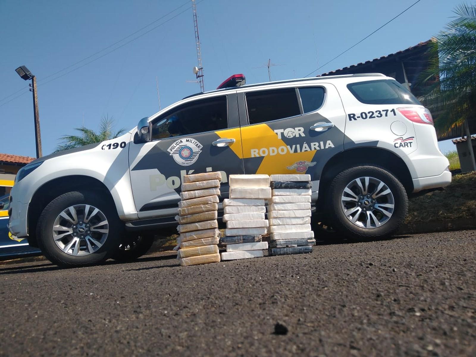 Tabletes de cocaína foram apreendidos na Raposo Tavares em Ourinhos — Foto: Polícia Rodoviária / Divulgação