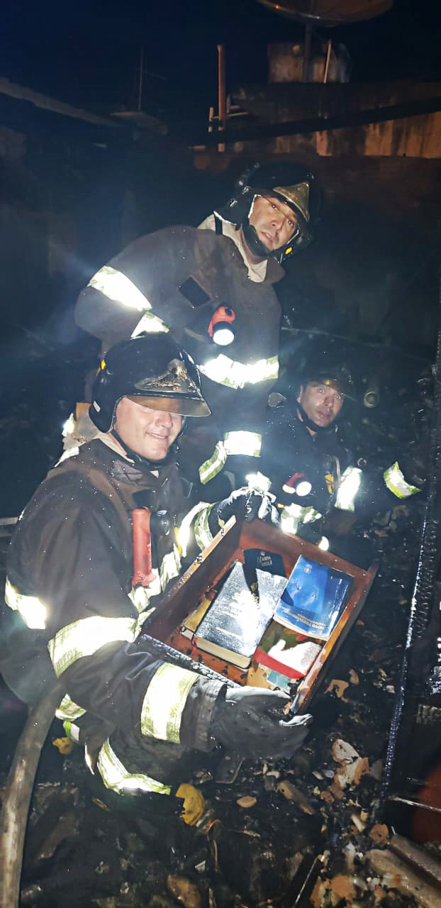 Bombeiros ficaram impressionados com a descoberta dos livros (Foto: Divulgação)