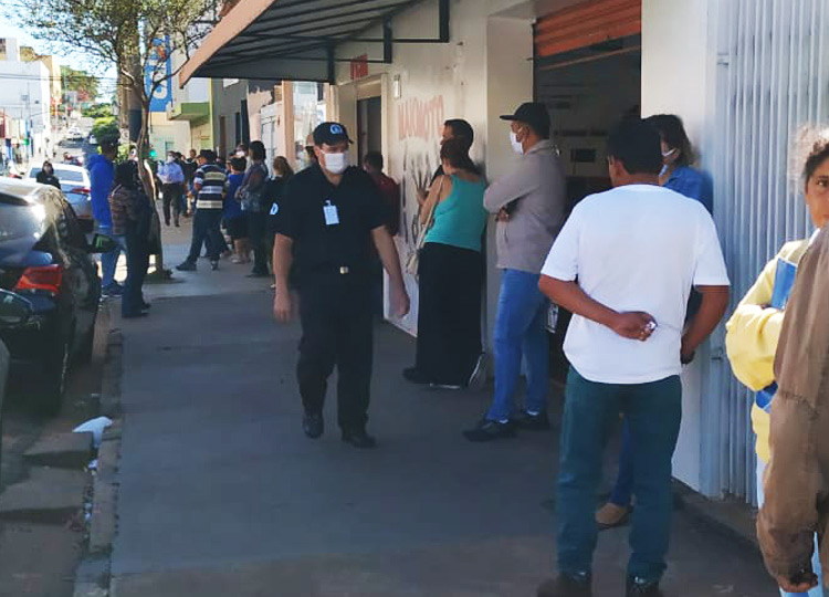 Funcionário da CEF orienta distanciamento em fila na manhã dessa segunda-feira, 4 — Foto: Divulgação/Prefeitura Municipal de Assis