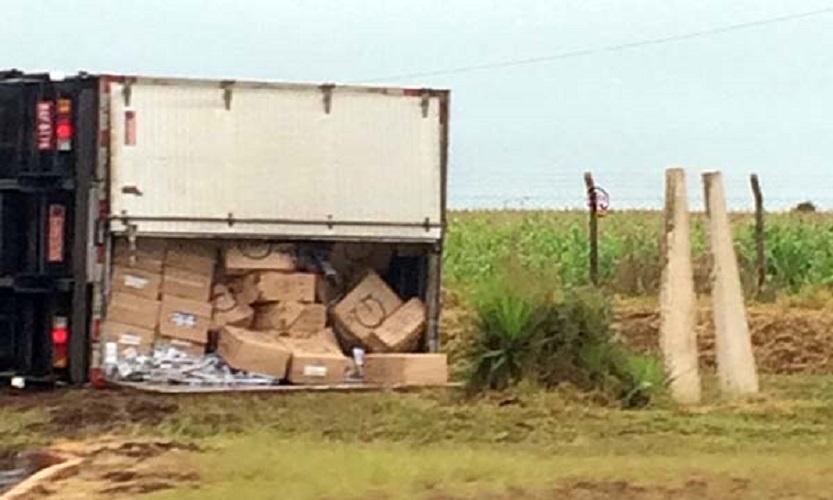 Caminhão carregado com cigarros tomba em Cândido Mota e motorista foge — Foto: Reprodução/O Diário do Vale