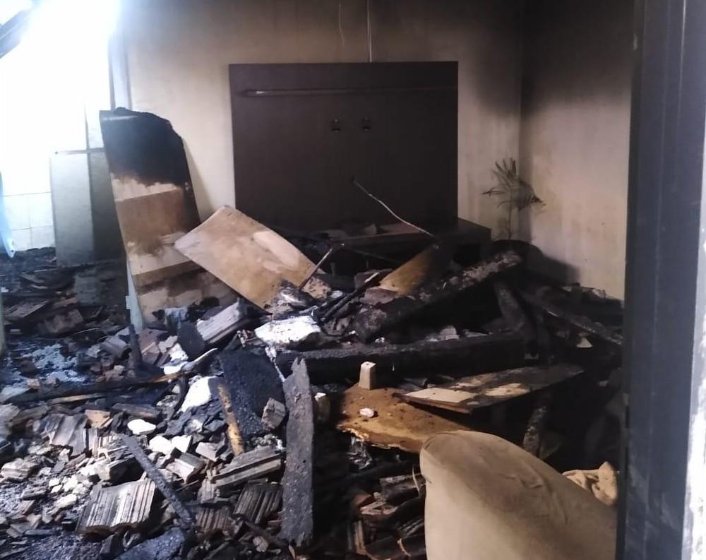 Sala, no interior da residência, que foi atingida pelo fogo — Foto: J.Serafim / Divulgação