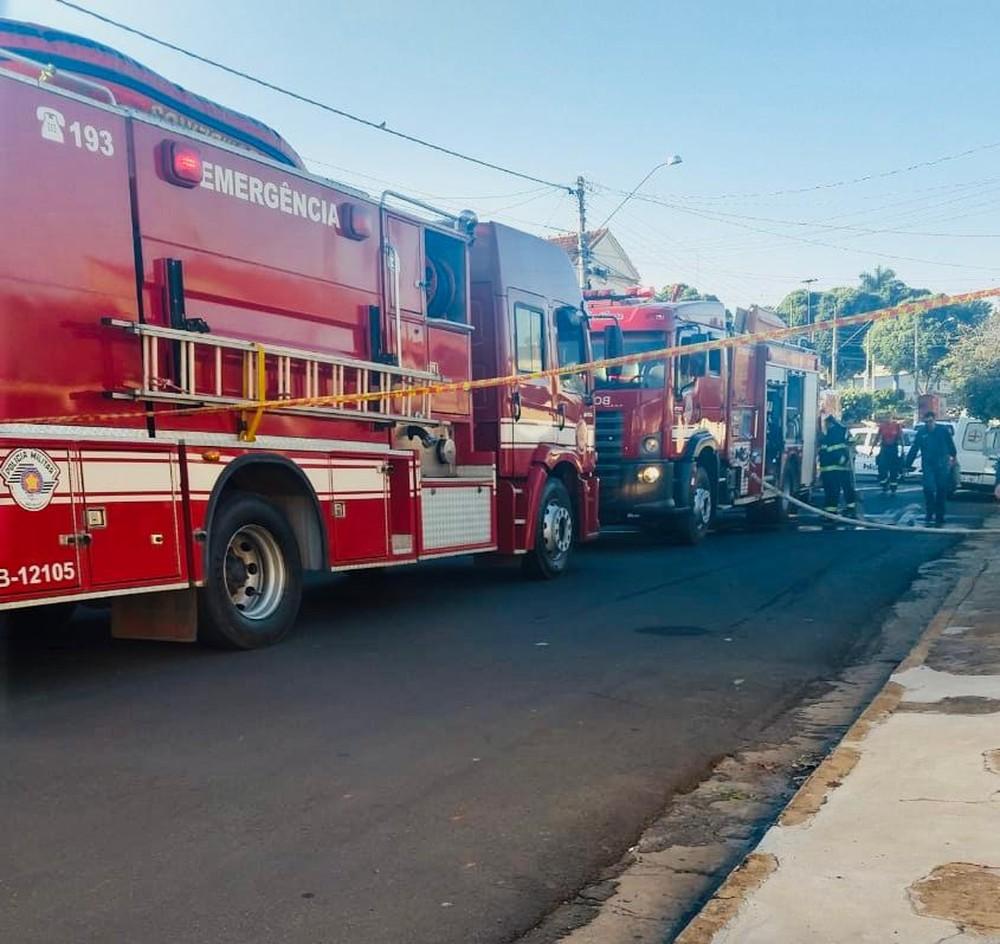 Bombeiros foram acionados para combater o incêndio na casa em Lins — Foto: J.Serafim / Divulgação