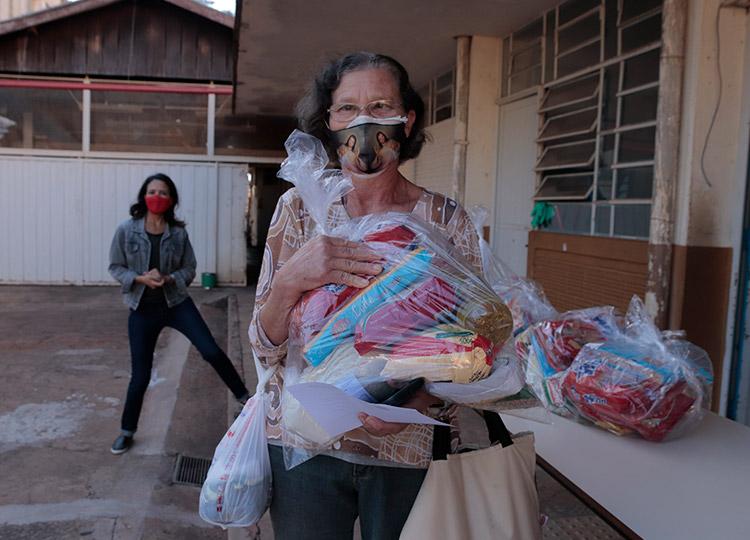 Prefeitura inicia entrega de kits de alimentos de gêneros secos a alunos da Educação Municipal — Foto: Prefeitura de Assis / Divulgação