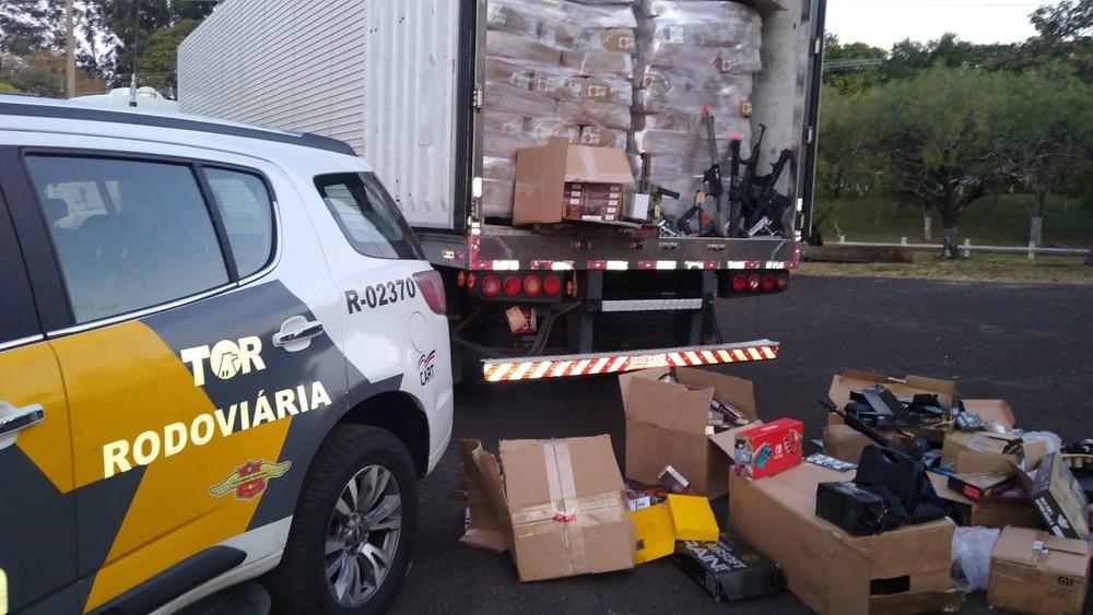 Além das réplicas de armas, caminhão transportava grande quantidade produtos contrabandeados — Foto: Polícia Rodoviária/Divulgação