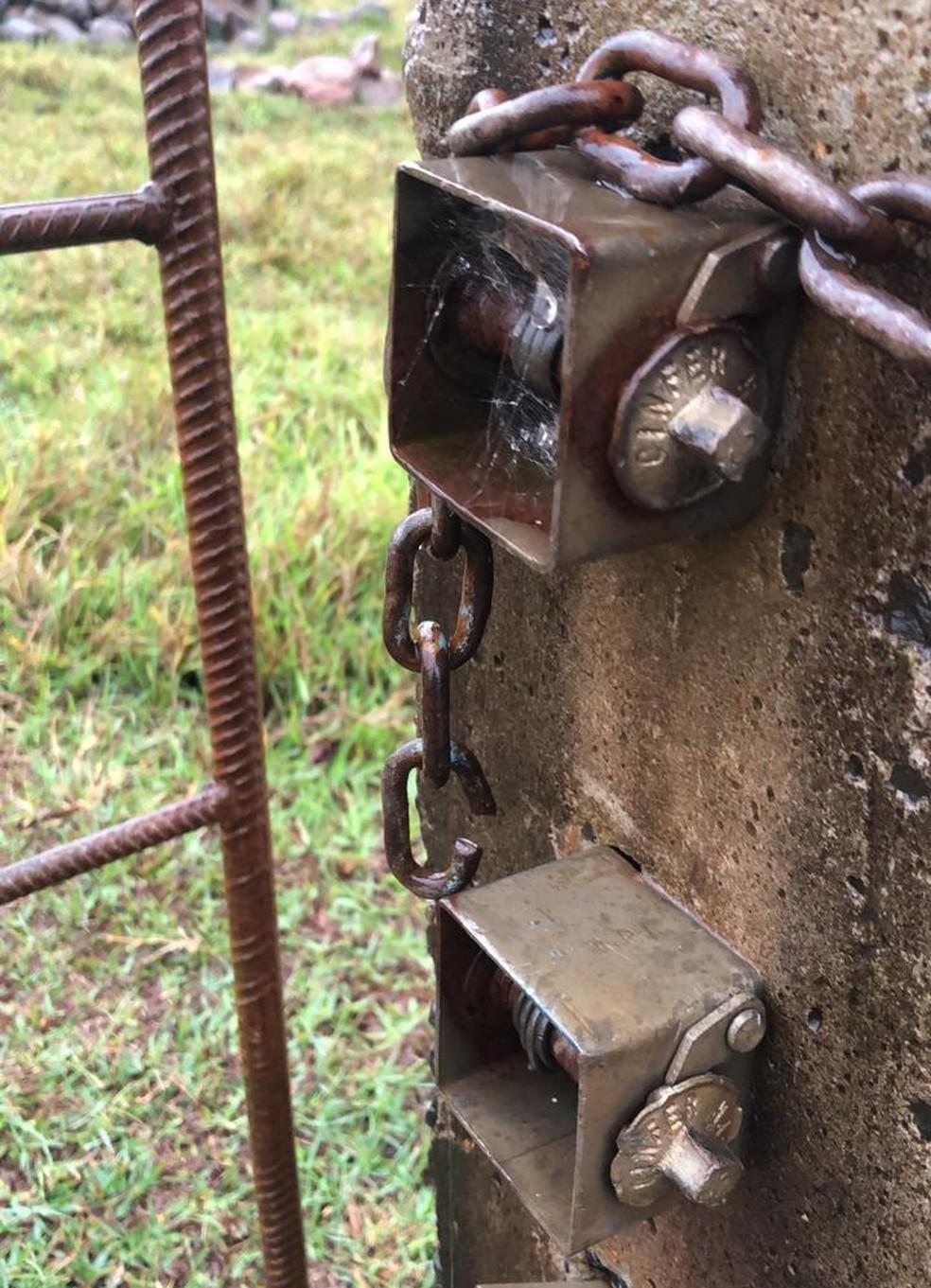 Ladrões cortaram correntes que fechavam porteiras e a mangueira onde ficavam os animais furtados — Foto: Arquivo pessoal