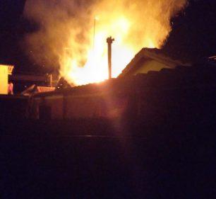 Incêndio deixa casa parcialmente destruída em Palmital — Foto: Reprodução   Jornal da Comarca