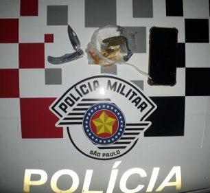 Arma usada no crime e maconha foram apreendidas — Foto: Polícia Militar | Divulgação