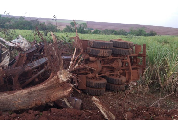 Dois homens morrem após caminhão bater contra árvore em vicinal de Cândido Mota — Foto: Divulgação