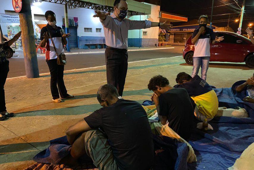 Ação Social da Igreja Universal de Assis distribui lanches a moradores de rua — Foto: IURD | Divulgação