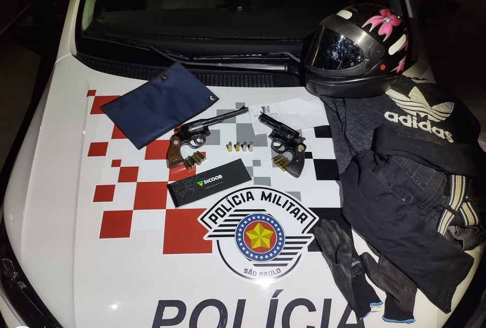PM apreendeu armas, munição, um malote e roupas e capacete dos suspeitos do crime — Foto: Valdecir Luís/Rádio Capital FM