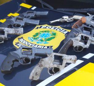 Segundo a PRF, dupla levava as nove armas de Foz de Iguaçu (PR) para Belo Horizonte (MG — Foto: Polícia Rodoviária Federal/Divulgação
