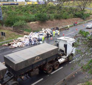 Acidente despeja carga de sabão em pó na pista e deixa um ferido em rodovia de Assis — Foto: Arquivo pessoal