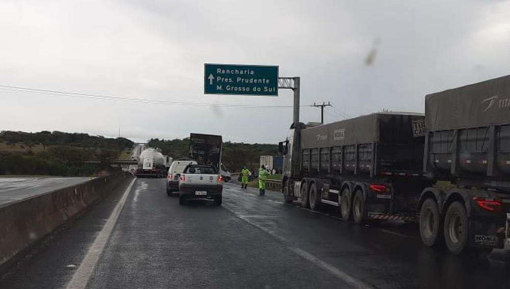 Trecho da SP-270 ficou com trânsito lento até o fim do dia porque precisou operar em apenas uma faixa da pista — Foto: Arquivo pessoal