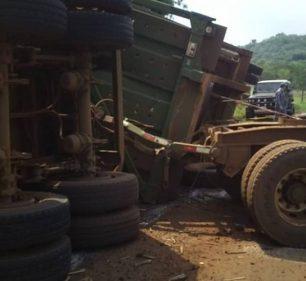 Caminhão tombou na Avenida José Teodoro de Souza em Campos Novos Paulista — Foto: Arquivo pessoal