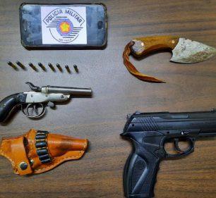 Arma de fogo, simulacro e faca apreendidas durante a ocorrência — Foto: Cedida | PM