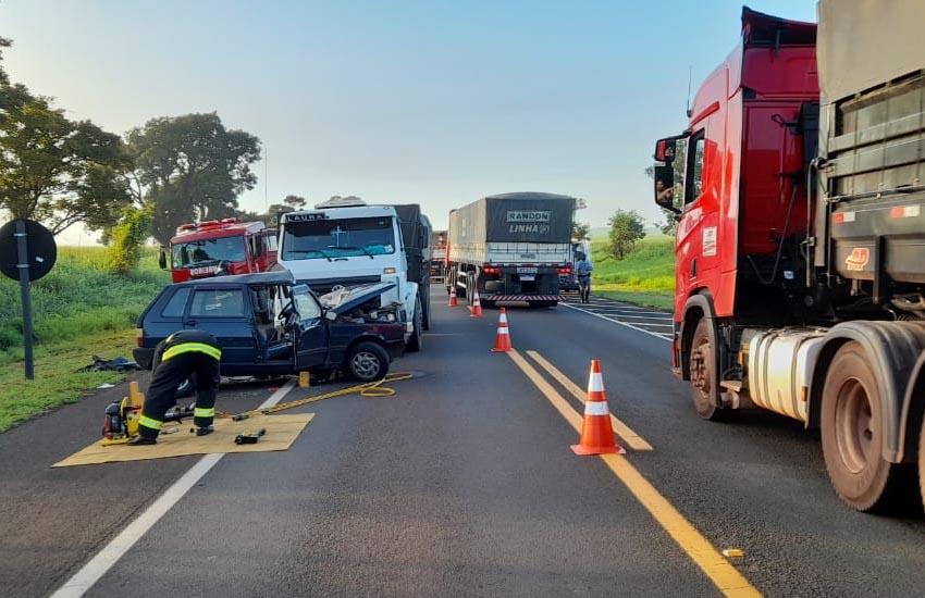 Motorista morre em acidente envolvendo dois carros e um caminhão na rodovia Paraguaçu/Assis — Foto: Reprodução | i7 Notícias