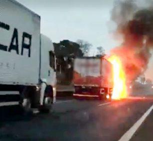 Carro prensado por caminhões pega fogo em rodovia e motorista escapa sem ferimentos — Foto: Reprodução/The Brothers